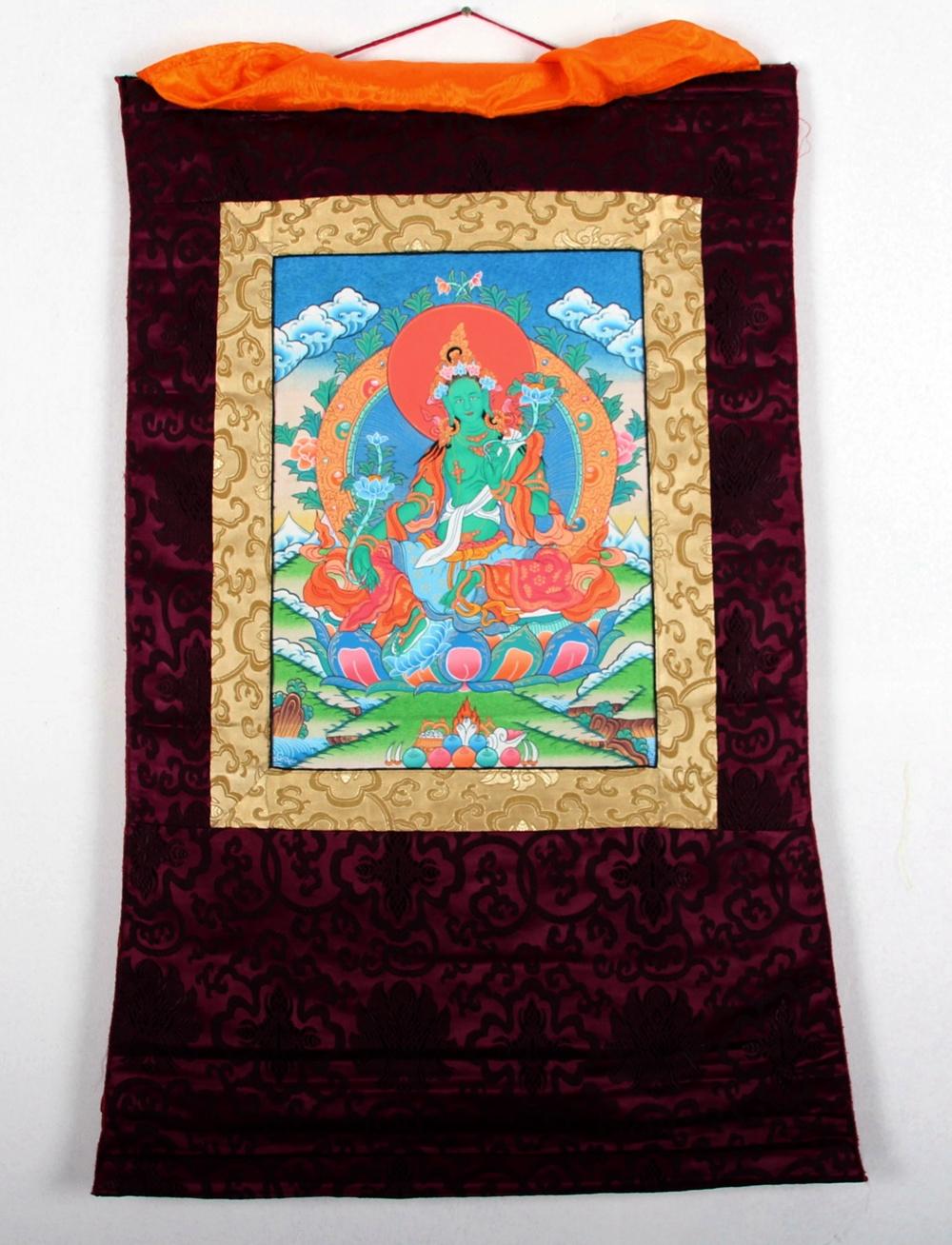 Buddha arts&more - THANGKA DER GRÜNEN TARA IM ROTEN BROKATRAHMEN